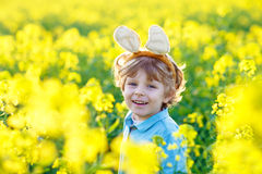 有复活节兔子耳朵的小孩男孩在强奸 免版税库存图片