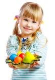 有复活节彩蛋板材的甜小女孩  免版税库存照片