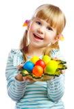有复活节彩蛋板材的甜小女孩  免版税库存图片