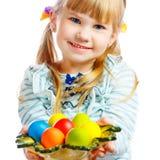有复活节彩蛋板材的甜小女孩  免版税图库摄影