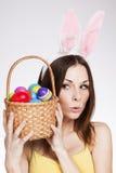 有复活节彩蛋篮子的女孩 免版税库存图片
