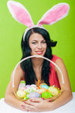 有复活节彩蛋篮子的美丽的女孩我 图库摄影