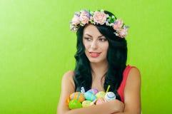 有复活节彩蛋篮子的美丽的女孩  图库摄影