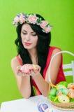 有复活节彩蛋篮子的美丽的女孩  免版税库存图片