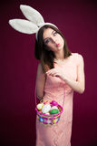 有复活节彩蛋篮子的美丽的妇女 免版税库存照片