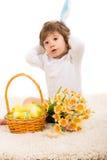 有复活节篮子的可爱的兔宝宝男孩 免版税图库摄影