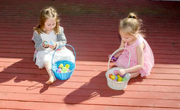 有复活节篮子的姐妹 图库摄影