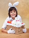 有复活节篮子的愉快的男孩 免版税库存图片