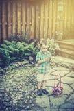 有复活节篮子的男孩拿着一个鸡蛋-减速火箭 库存图片