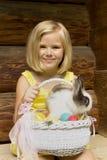 有复活节篮子的美丽的女孩 库存照片