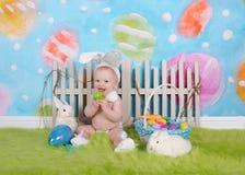 有复活节头饰带的愉快的男婴在复活节场面 免版税库存图片