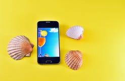 有夏天主题的智能手机 免版税图库摄影