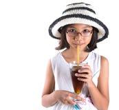 有夏天帽子和冰饮料的IV女孩 免版税库存照片