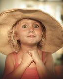 有夏天帽子的白肤金发的女婴在海滩 免版税库存照片