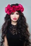 有夏天桃红色花的完善的妇女 免版税库存图片