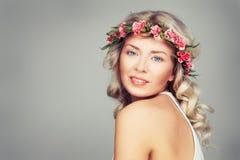有夏天桃红色花的美丽的妇女 白肤金发的秀丽 免版税库存图片