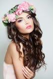 有夏天桃红色花的美丽的妇女 库存照片