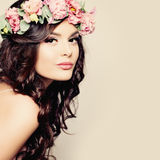 有夏天桃红色花的美丽的少妇 免版税库存图片