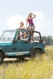 有夏天的女孩汽车旅行 免版税库存图片