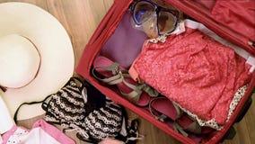 有夏天衣物的手提箱 影视素材