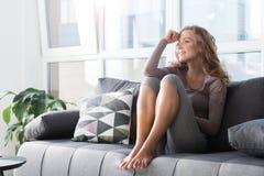有外出的妇女沙发的基于 图库摄影