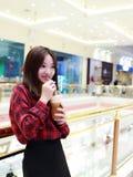 有外卖饮料的中国年轻美丽的妇女 免版税库存照片