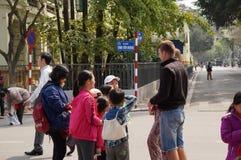 有外国夫妇的越南孩子 库存图片