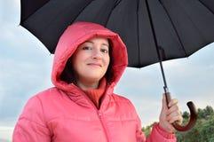 有外套和伞的妇女 库存照片