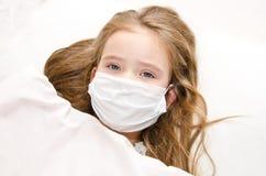有外科面罩的小女孩细菌和病毒流感的 库存照片
