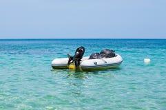 有外置马达的可膨胀的充气救生艇小船在热带海停泊了 免版税库存照片