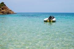 有外置马达的可膨胀的充气救生艇小船在热带海停泊了 免版税图库摄影
