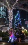 有外面圣诞树的圣诞老人在晚上 库存图片