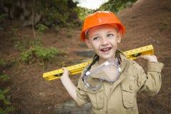 有外面平实使用的杂物工的可爱的儿童男孩 库存图片