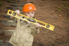 有外面平实使用的杂物工的可爱的儿童男孩 免版税库存照片
