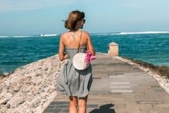 有外面时兴的时髦的白色藤条袋子和丝绸围巾的妇女 巴厘岛,印度尼西亚热带海岛  藤条 库存照片