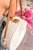 有外面时兴的时髦的白色藤条袋子和丝绸围巾的妇女 巴厘岛,印度尼西亚热带海岛  藤条 免版税库存照片