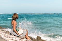 有外面时兴的时髦的白色藤条袋子和丝绸围巾的妇女 巴厘岛,印度尼西亚热带海岛  藤条 免版税库存图片