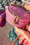 有外面时兴的时髦的藤条袋子和丝绸围巾的妇女手 巴厘岛,印度尼西亚热带海岛  藤条 免版税库存图片