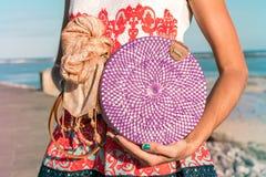 有外面时兴的时髦的藤条袋子和丝绸围巾的妇女手 巴厘岛,印度尼西亚热带海岛  藤条 库存照片