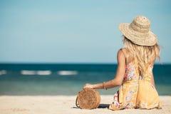 有外面时兴的时髦的藤条袋子和丝绸围巾的妇女 巴厘岛,印度尼西亚热带海岛  藤条提包和 图库摄影