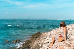 有外面时兴的时髦的裸体藤条袋子和丝绸围巾的妇女 巴厘岛,印度尼西亚热带海岛  藤条 库存照片