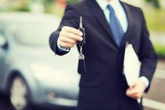 有外面汽车钥匙的人 库存照片