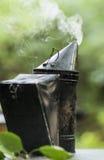 有外面白色烟喷气机的蜂吸烟者  免版税库存图片