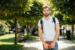 有外面背包的学生 免版税库存照片