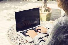 有外面膝上型计算机的工作女子 免版税库存图片