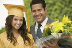 有外面花和父亲的毕业生 免版税库存图片