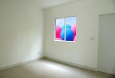 有外面被打开的窗口五颜六色的气球的空的室 库存照片