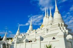 有多个尖顶的白色佛教塔在Wat Asokaram寺庙在泰国 免版税库存照片
