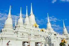 有多个尖顶的白色佛教塔在Wat Asokaram寺庙在泰国 免版税库存图片