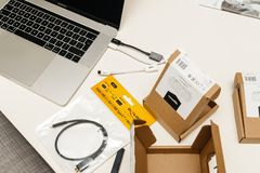 有多个USB-C的苹果计算机MacBook赞成15膝上型计算机对USB以太网 免版税库存图片